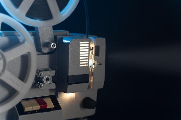 Ретро-кинопроектор с 8-миллиметровыми катушками