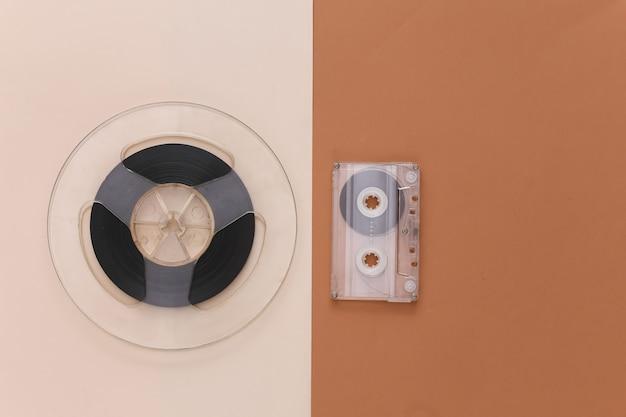 レトロなフラットレイ。ブラウンベージュのオーディオ磁気テープリールとオーディオカセット