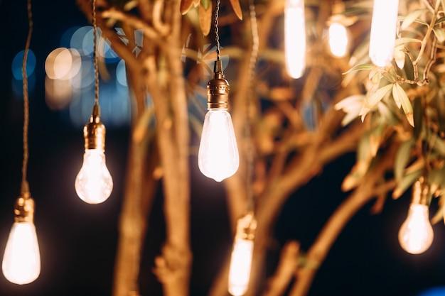 レトロな花輪は木の下で一晩ランプを導きました