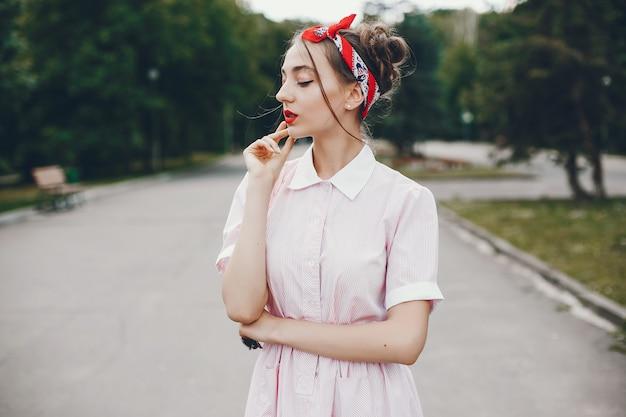 Ретро девушка в парке
