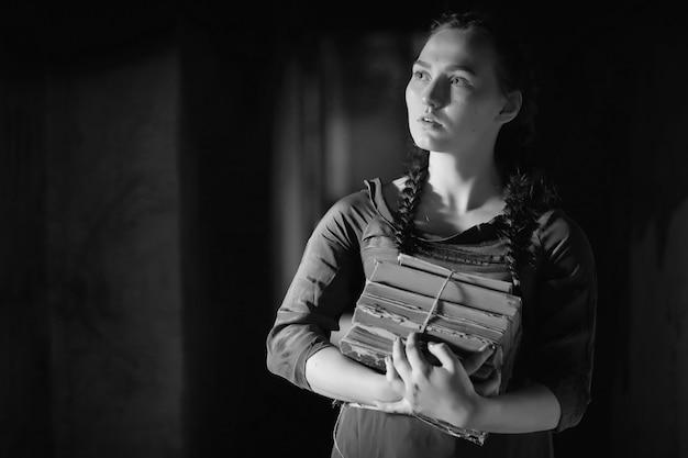本を読んだり、物語を書いたりする古い家のレトロな女の子