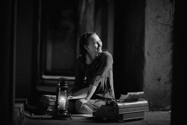 Ретро девушка в старом доме читает книги и пишет рассказ