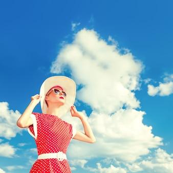 푸른 하늘 배경에 레트로 소녀