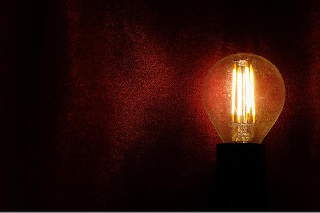 Ретро стеклянная лампа на темноте
