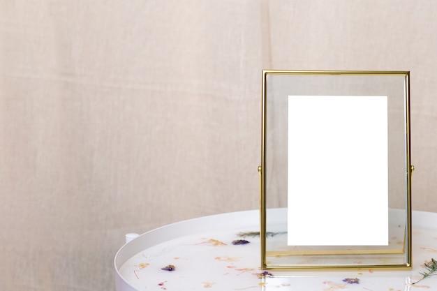 흰색 테이블 측면보기에 사진, 텍스트, 이미지 또는 그림에 대한 오래된 슬리퍼가있는 레트로 금 또는 청동 프레임