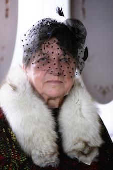 파이프 흡연 모자에 복고풍 할머니