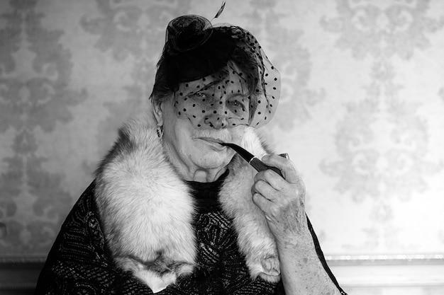 복고풍 할머니 흡연 흑백 사진