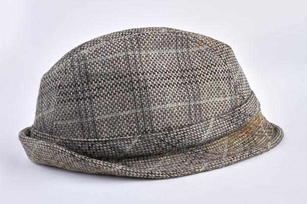 白で隔離のレトロな灰色の男性の帽子。ウールツイードメンズキャップ。ヴィンテージファッション。