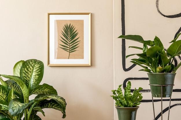 緑の鉢、ヴィンテージの装飾、アクセサリー、ベージュの壁にゴールドのモックアップ額縁の植物がたくさんあるリビングルームのレトロなインテリアデザイン。家の装飾のミニマルなコンセプト。テンプレート