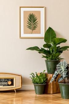 베이지 색 벽에 녹색 냄비, 빈티지 라디오 및 골드 액자에 식물이 많은 거실의 복고풍 인테리어 디자인. 가정 장식의 최소한의 개념.