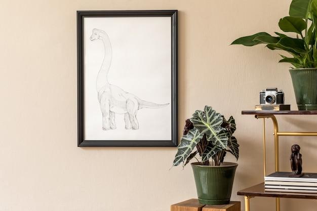 Ретро дизайн интерьера гостиной с большим количеством растений на винтажном шкафу и черной рамкой для картин на бежевой стене. минималистичная концепция домашнего декора.