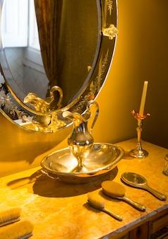 빈티지 빗과 벽에 거울 테이블의 레트로 인테리어