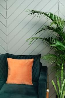 ソファのインテリアデザインとレトロなジャングルグリーンのリビングルーム