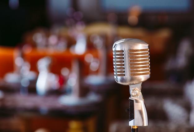 Ретро караоке микрофон в ресторане.
