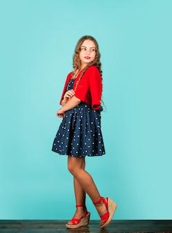 레트로 아이. 빈티지 패션의 부상. 빈티지의 인기는 중고품 착용 및 활용에 대한 소비자의 태도 변화와도 관련이 있습니다. 어린 소녀 빈티지 스타일 의상입니다.