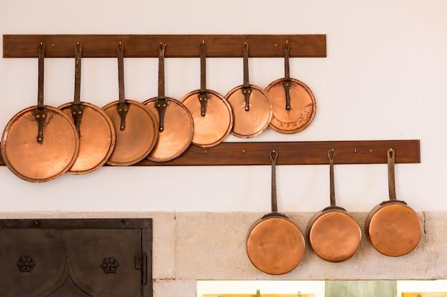 Ретро интерьер кухни с набором старых сковородок