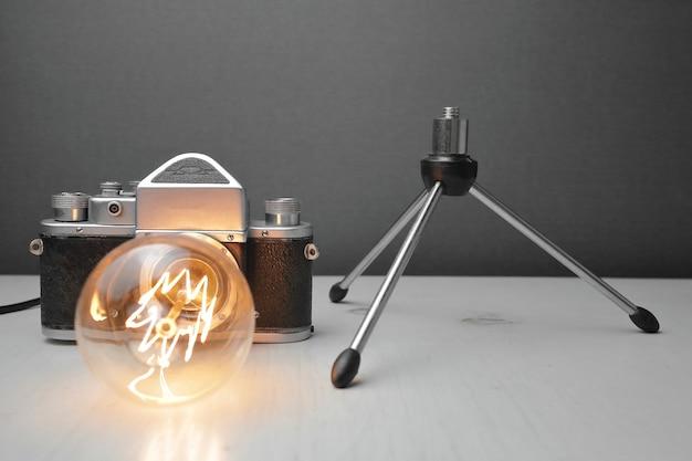 灰色のエジソンランプと古いカメラからのレトロなランプ