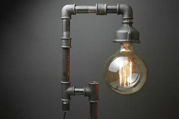 회색에 에디슨 램프와 금속 수도관으로 만든 레트로 램프