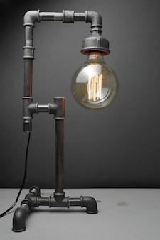 Ретро-лампа из металлических водопроводных труб с лампой эдисона.