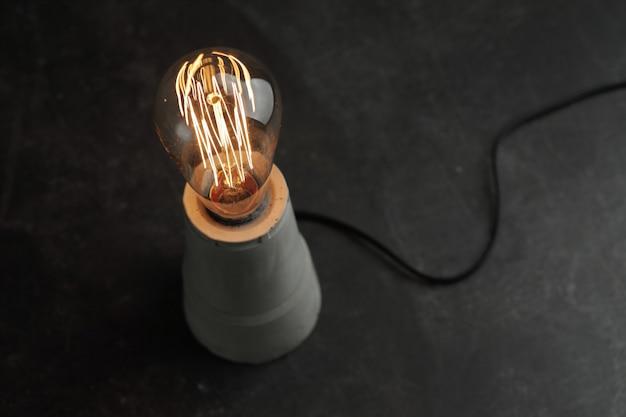 콘크리트에 에디슨 램프와 레트로 램프
