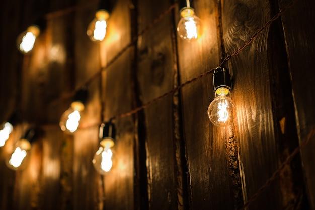 플러그와 케이블 나무 벽에 걸려 복고풍 램프