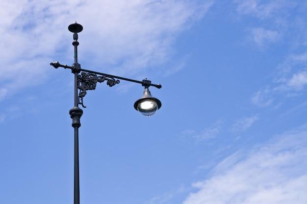 Ретро фонарный столб с голубым небом