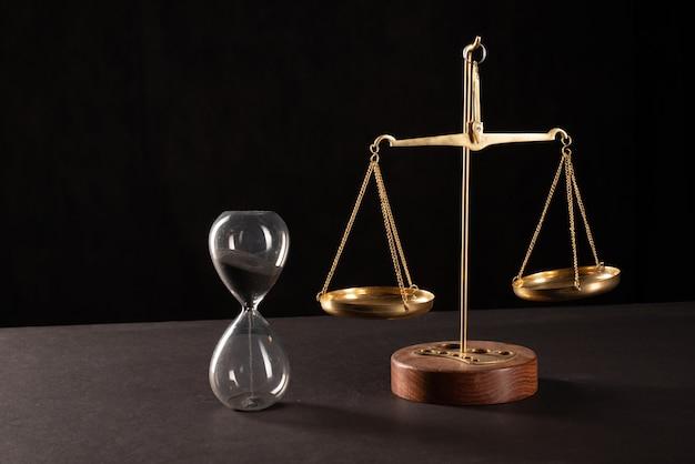 Весы ретро закона на столе. символ справедливости.