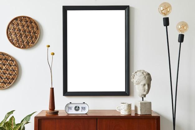 Интерьер гостиной в стиле ретро с макетом рамки для плаката и личными аксессуарами.