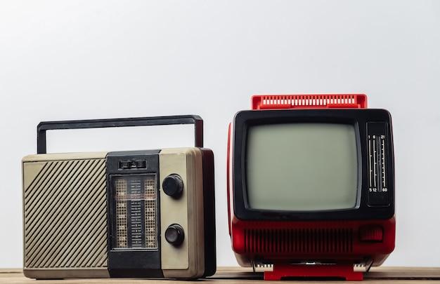 레트로 미디어. 흰색 바탕에 오래된 휴대용 tv, 라디오 수신기