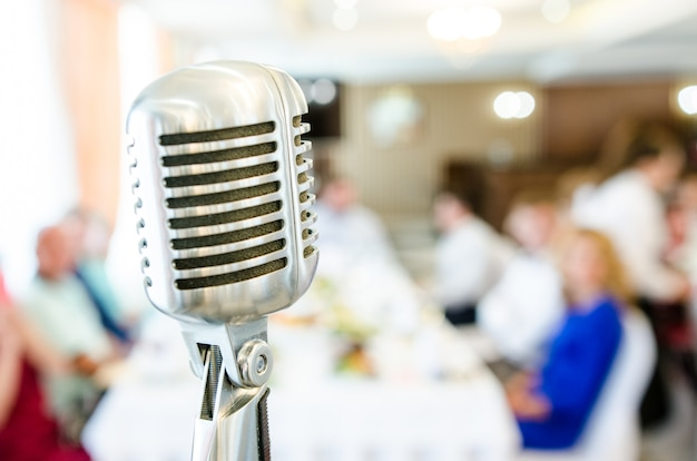 Ретро микрофон и размытые люди