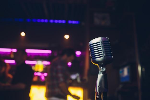 Ретро микрофон на сцене в пабе или американском баре-ресторане во время ночного шоу.