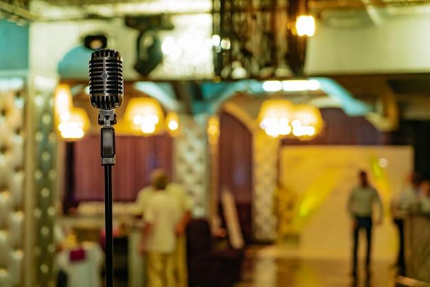 Ретро микрофон стоит в ресторане на фоне интерьера зала.