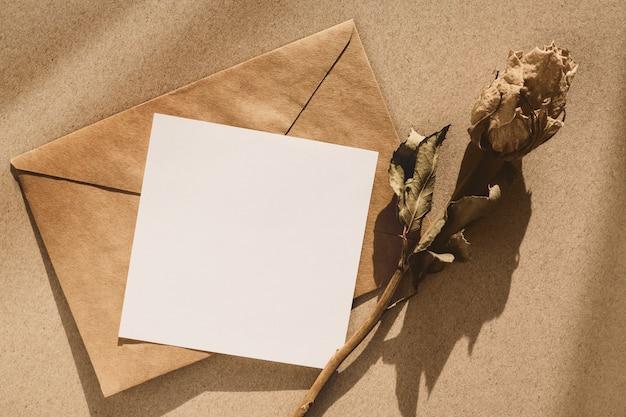 レトロなモックアップ-茶色の封筒、メモ用紙、ドライフラワー