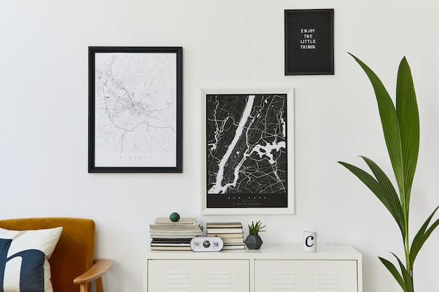 デザインのアームチェア、2 つの地図、時計、植物、装飾、白い壁、身の回りのアクセサリーを備えた、リビング ルームのインテリアのレトロでモダンな構成。