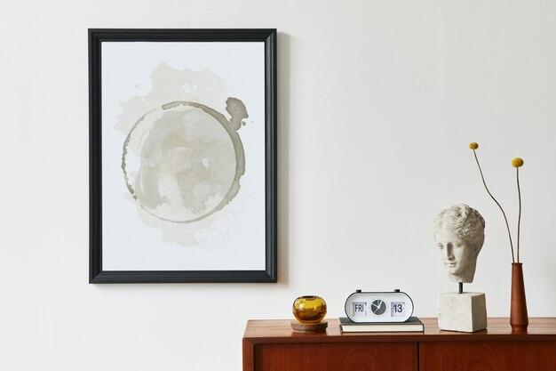 Современная ретро-композиция интерьера гостиной с дизайнерским комодом из тикового дерева, черной рамкой для плаката, часами, сушеным цветком, украшением, белой стеной и личными аксессуарами. шаблон.