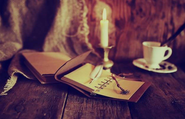 Ретро объекты перо и книга со свечами
