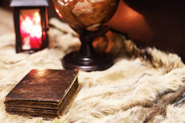 모피, 학습 및 교육 개념에 대한 레트로 오래된 책과 세계 데스크 글로브.