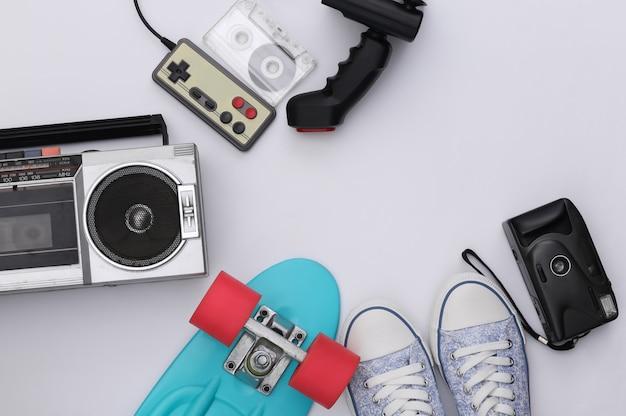 레트로 올드 스쿨은 고전적인 흰색 배경에 80년대를 특징으로 합니다. 공간을 복사합니다. 평면도. 플랫 레이