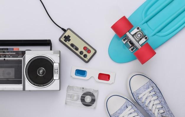 레트로 올드 스쿨은 고전적인 흰색 배경에 80년대를 특징으로 합니다. 평면도. 플랫 레이