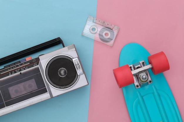 복고풍의 올드 스쿨은 분홍색 파란색 배경에 80년대를 특징으로 합니다. 평면도. 플랫 레이