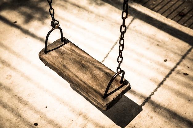 レトロな古い木製スイングをクローズアップ