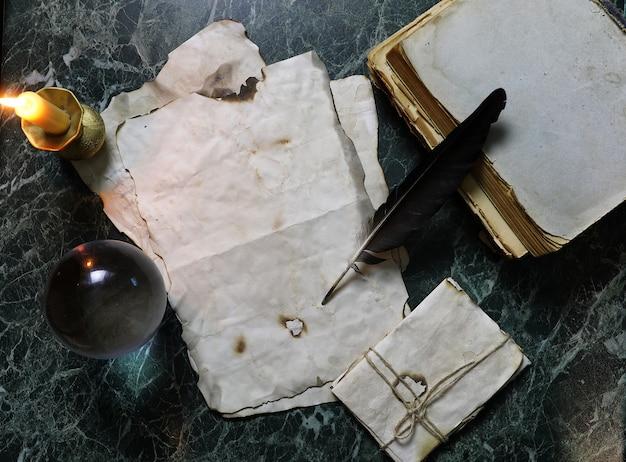 탐정 도구 배경이 있는 테이블에 있는 복고풍 논문 및 책