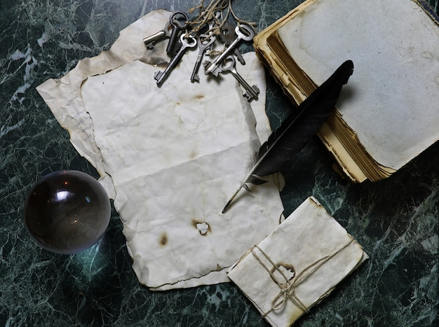 Ретро документы и книги на столе с фоном детективных инструментов