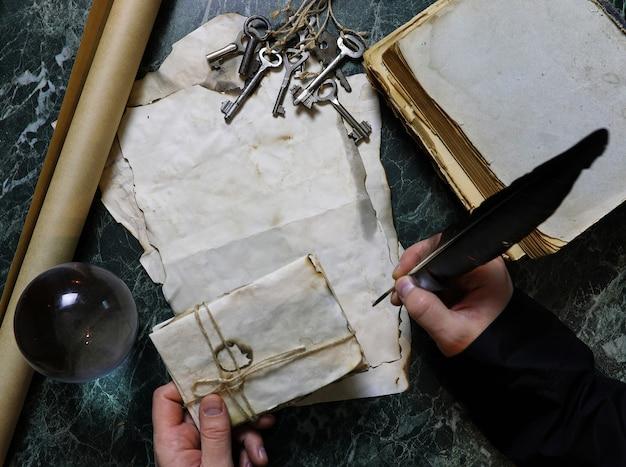 Ретро документы и книга на столе с фоном детективных инструментов