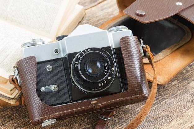 木製の棚に本とレトロな写真カメラ