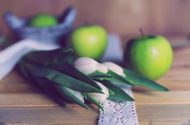 レトロな写真白いチューリップアップル木製