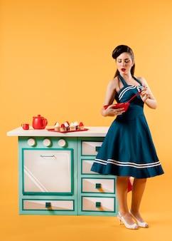 キッチンでレトロなピンナップガール