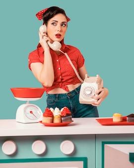 キッチンでポーズをとるレトロなピンナップガール