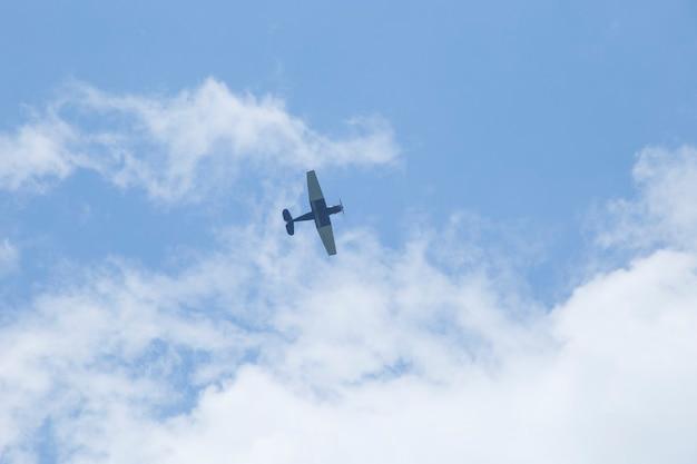 空の背景のレトロな飛行機