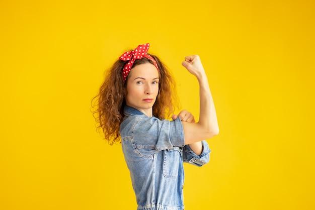 Ретро портрет сильной женщины на желтом фоне